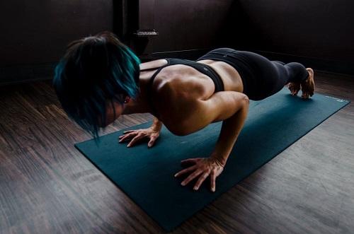 Jaką matę treningową do ćwiczeń w domu wybrać?