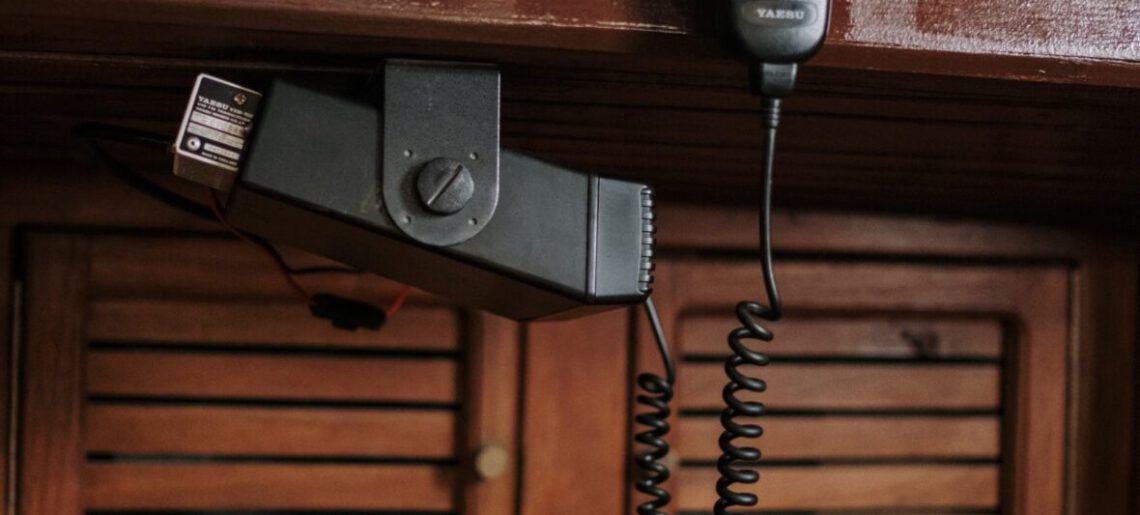 Radio UKF – co to jest, jak działa i do czego służy?